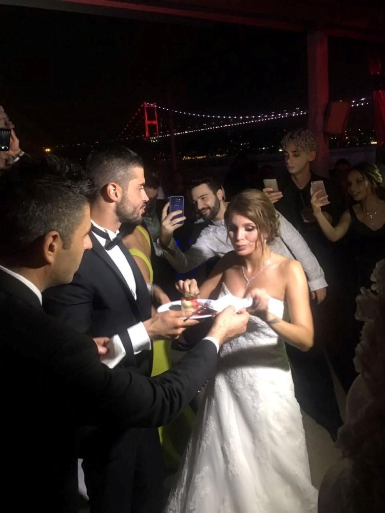 Berk Oktay ın eşi Merve Şarapçıoğlu nun Gelinliği
