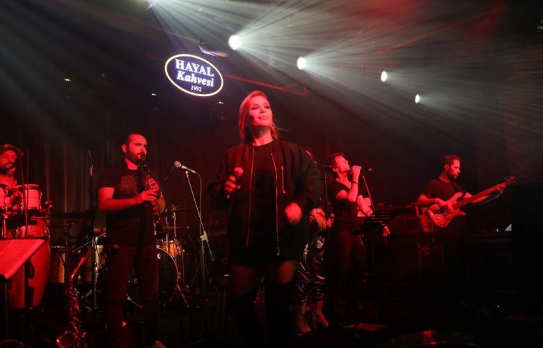 İrem Derici Şarkılarıyla Emaar'da Müzik Şöleni Verdi