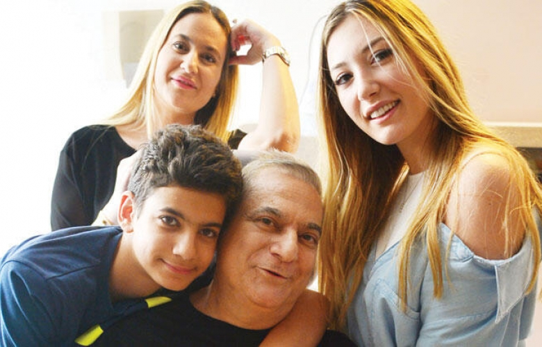 Mehmet Ali Erbil taburcu olmadan önce çocuklarıyla poz verdi