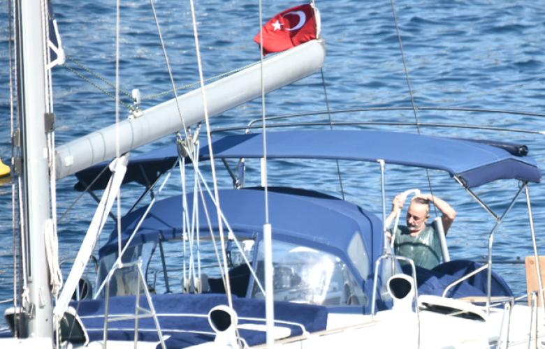 Mehmet Aslantuğ denize girmedi tişörtüyle duş aldı