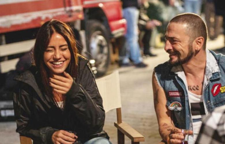 Ahmet Kural, bakışlarını sevgilisinden alamadı