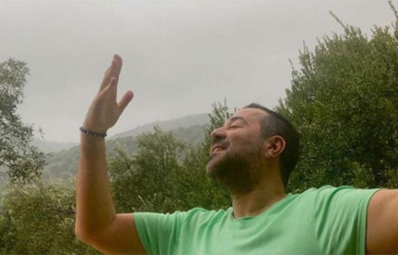 Ata Demirer'den türkücü pozu
