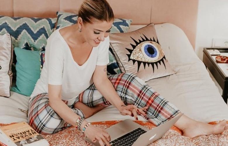 Pijama, yatak, kitaplar ve bilgisayar. Gülben Ergen'in ev hali...