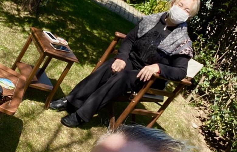 Emel Sayın evinin bahçesinde maskesini taktı
