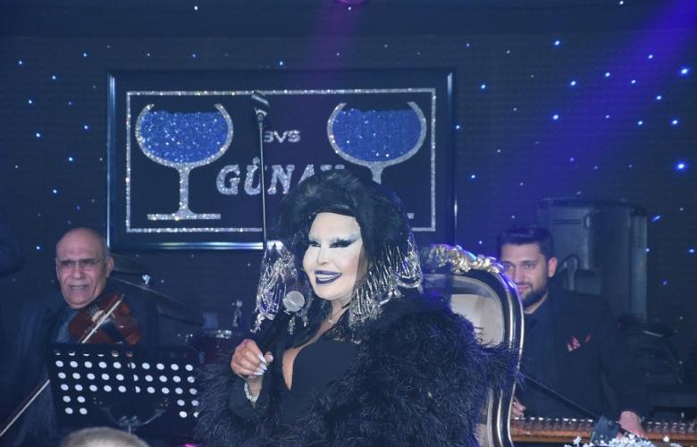 Bülent Ersoy'dan siyah duvak! Fatih Ürek, Kerimcan ve Asena Diva'ya yılan dansı yaptı!