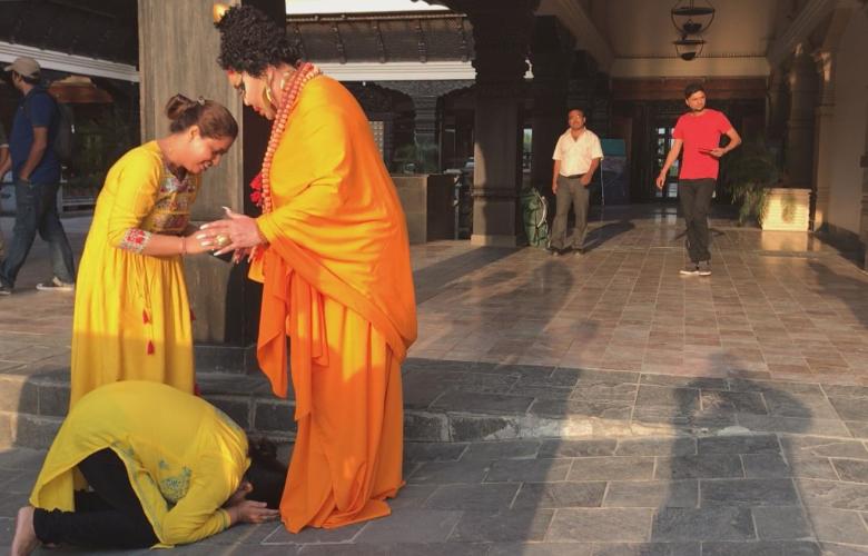"""Buda Meydanı'nda önce Diva'yı görmek için izdiham yaşandı. Ardından """"tanrıça"""" diye ayaklarına kapandılar! İşte olay kareler!"""