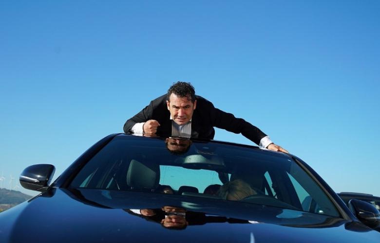 007 FERHAT BOND! Arabanın üstünde sörf yaptı