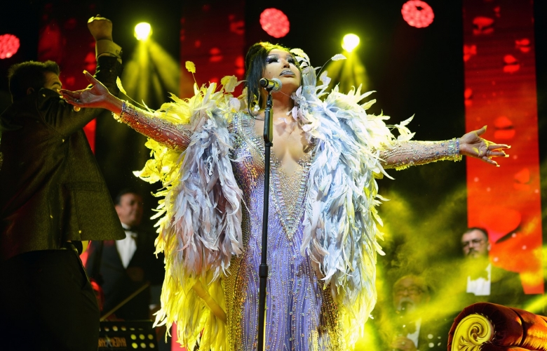 """Bülent Ersoy'dan muhteşem Konya konseri! 800 kişilik salona 1.500 kişi girdi! Diva: """"Tarkan olağanüstü yetiştirilmiş bir beyefendi!"""""""