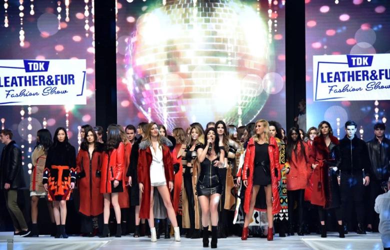 """Hande Yener şarkılarıyla sahnede, Victoria Secret meleği Ana Beatriz Barros ve Türk """"melek"""" Çağla Şıkel ise podyumda izleyenleri büyüledi..."""