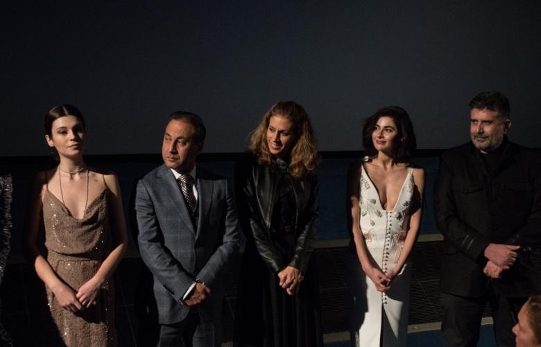 """""""Aşk Tesadüfleri Sever 2"""", Paris'te gerçekleşen galada gözyaşları içinde ayakta alkışlandı!"""