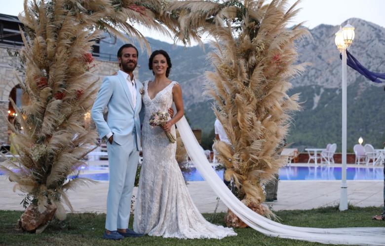 Cansu Tosun ve Erkan Kolçak Köstendil bu akşam nikah masasına oturdu. İşte düğünün detayları, en özel karelerle!