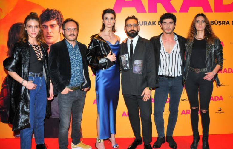 """Burak Deniz ve Büşra Develi'nin rol aldığı """"Arada"""" filmi galasını yaptı"""