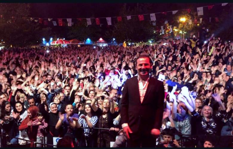 Ferhat Göçer doğum gününü 10 binlerle birlikte kutladı