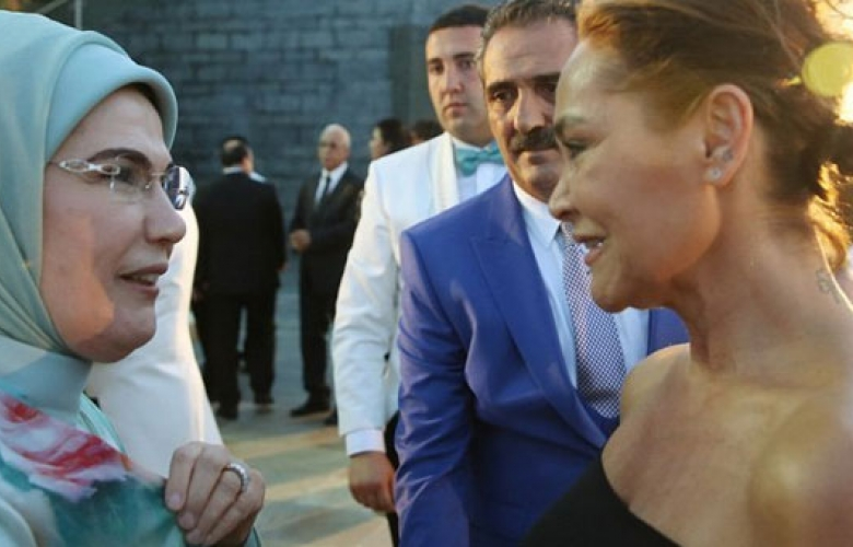 """Hülya Avşar'dan """"dekolte"""" açıklaması"""