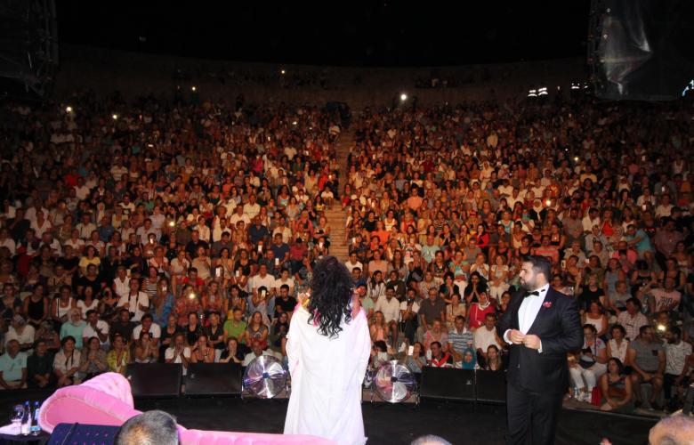 Bülent Ersoy açıkhava konserlerine Altınoluk'tan başladı. Diva'ya 3 bin kişilik koro eşlik etti.