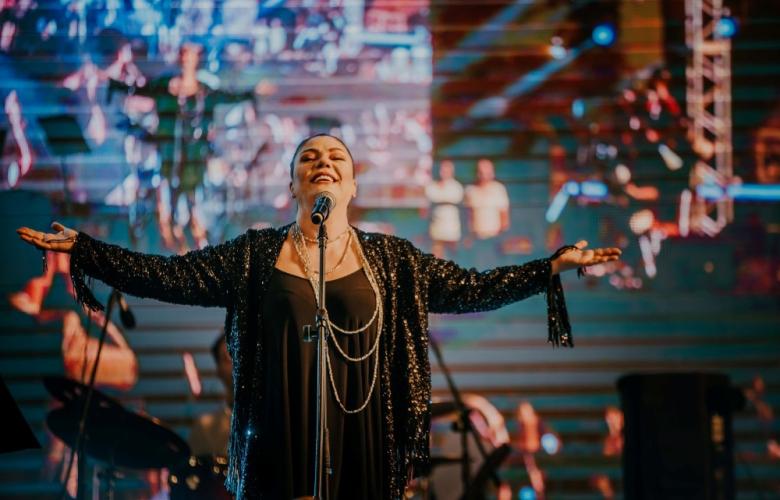 İzel 15 yıl sonra yeniden Kapadokya'da konser verdi
