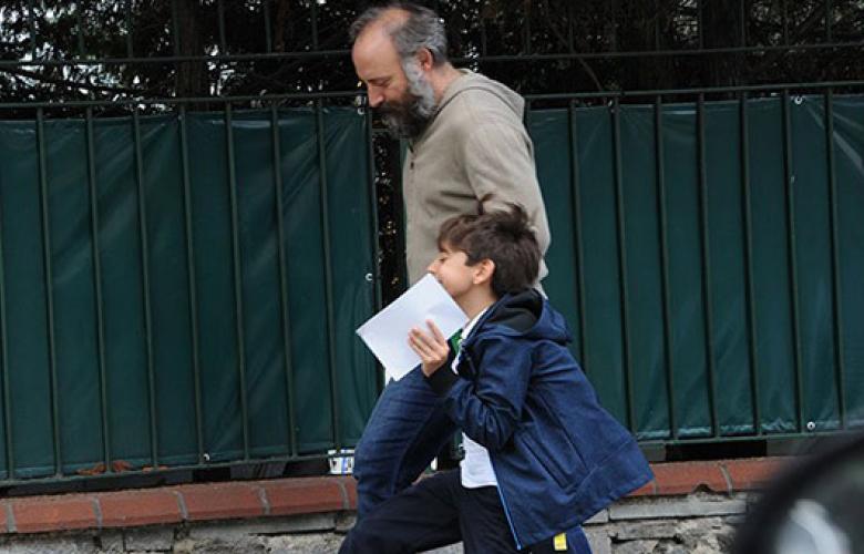 Halit Ergenç, okul çıkışı oğlunu aldı