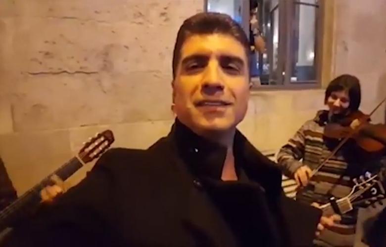 Özcan Deniz sokak müzisyenleriyle düet yaptı...