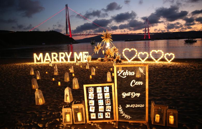 Genç popçudan sevgilisine romantik evlilik teklifi!