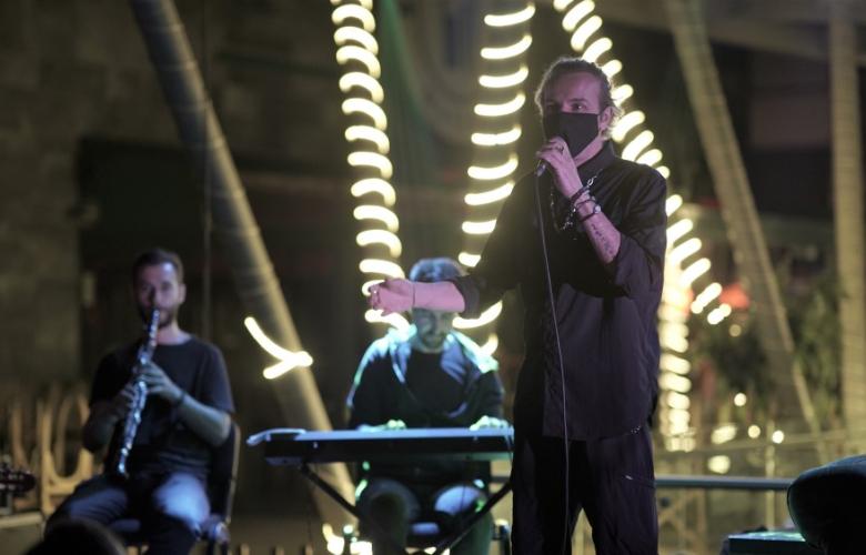 SONER ARICA: Sahnede maskeli