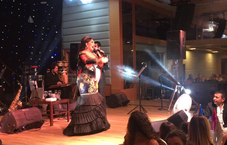 Nükhet Duru'ya şarkı söyleyecek yer kalmadı! Sahnesine masa koydular!