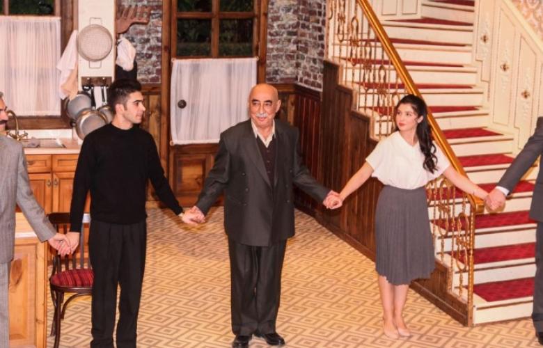 Şener Şen tiyatro sahnesinde