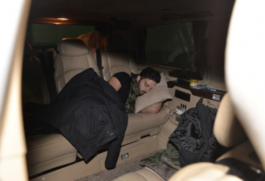İki konser arası yorgunluktan  arabasında uyuya kaldı...