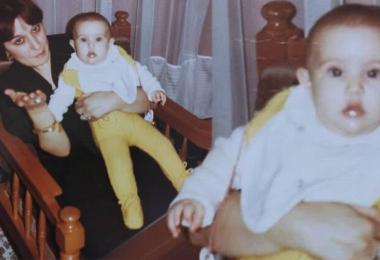 O şimdi çok ünlü bir popstar! Annesinin kucağında, etraftan bihaber! Onu tanıdınız mı?